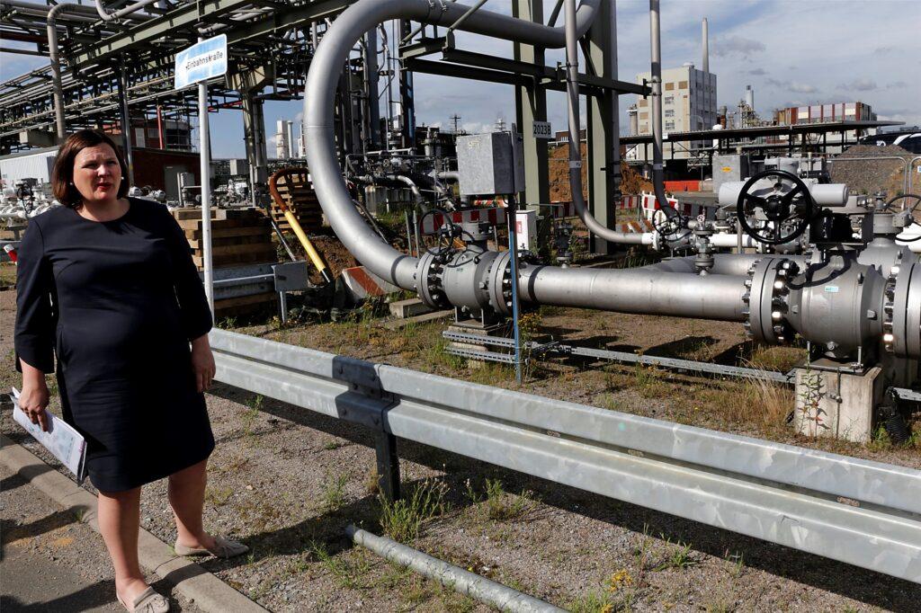 Daniela Kampmann erläuterte die Pipeline-Anbindung des Chemieparks.