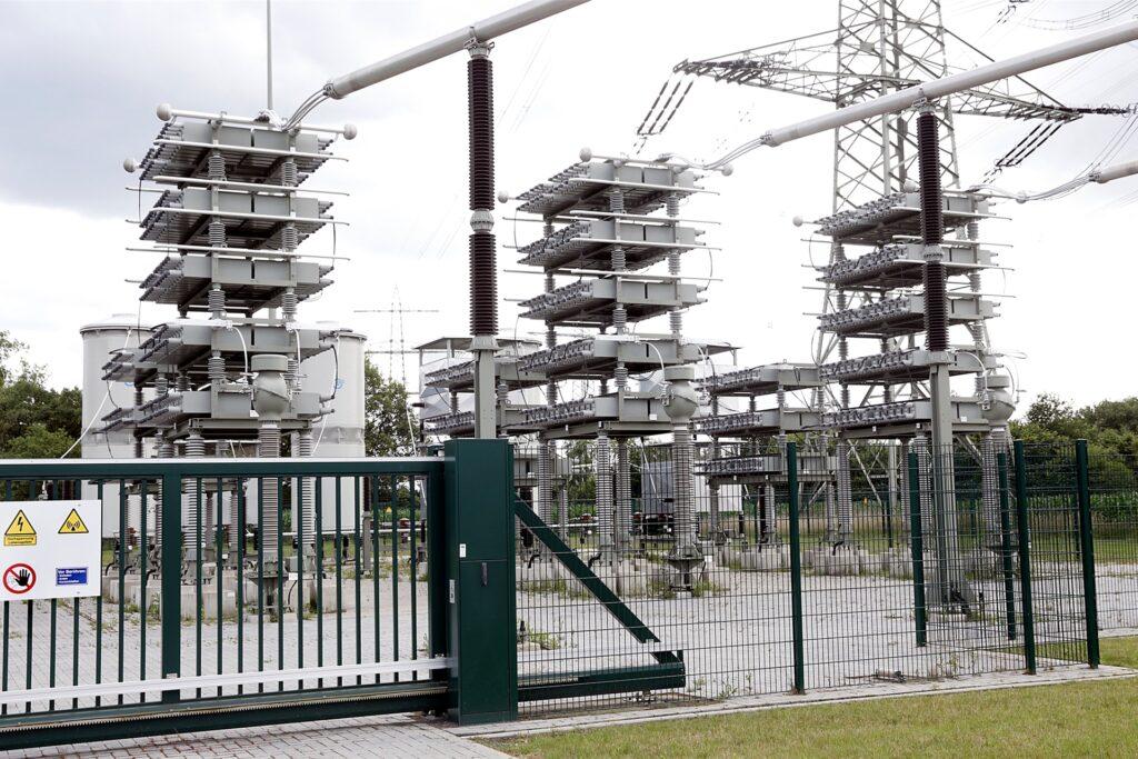 Kondensatoren sorgen im Umspannwerk für die Stabilisierung der Netzspannung.