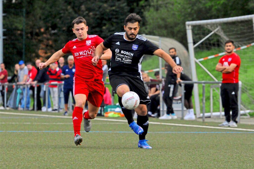 Evgenij Lakstankin (l.) bringt den VfB Hüls gegen Fenerbahce, hier mit Samet Ural, in Führung.