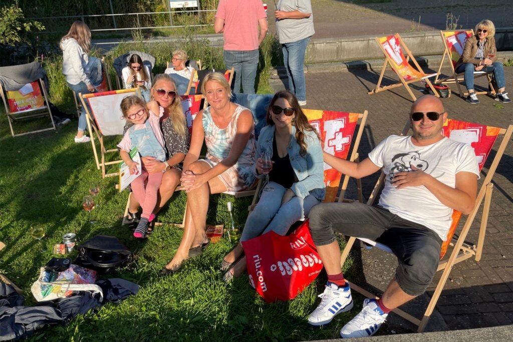 Bei schönsten Spätsommerwetter genießen viele Besucher die Chillout-Musik im Liegestuhl. Im Bild (v.r.) Patrick Krull, Viktoria Schulte, Tanja und Melanie Krull und die kleine Mariella.