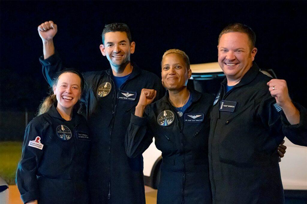 In diesem von Inspiration4 veröffentlichten Bild posieren die Passagiere an Bord einer SpaceX-Kapsel, von links nach rechts: Hayley Arceneaux, Jared Isaacman, Sian Proctor und Chris Sembroski, nachdem die Kapsel nach der Wasserung im Atlantik vor der Küste Floridas geborgen wurde.